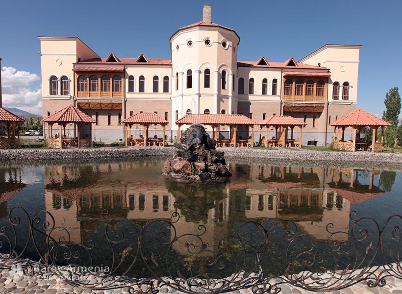 Caucasus hotel yerevan hotels barev armenia tours for Mezzo classic house club yerevan armenia